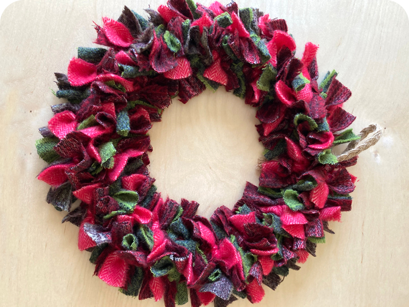 Blanket offcut rag rug Christmas wreath in green and red