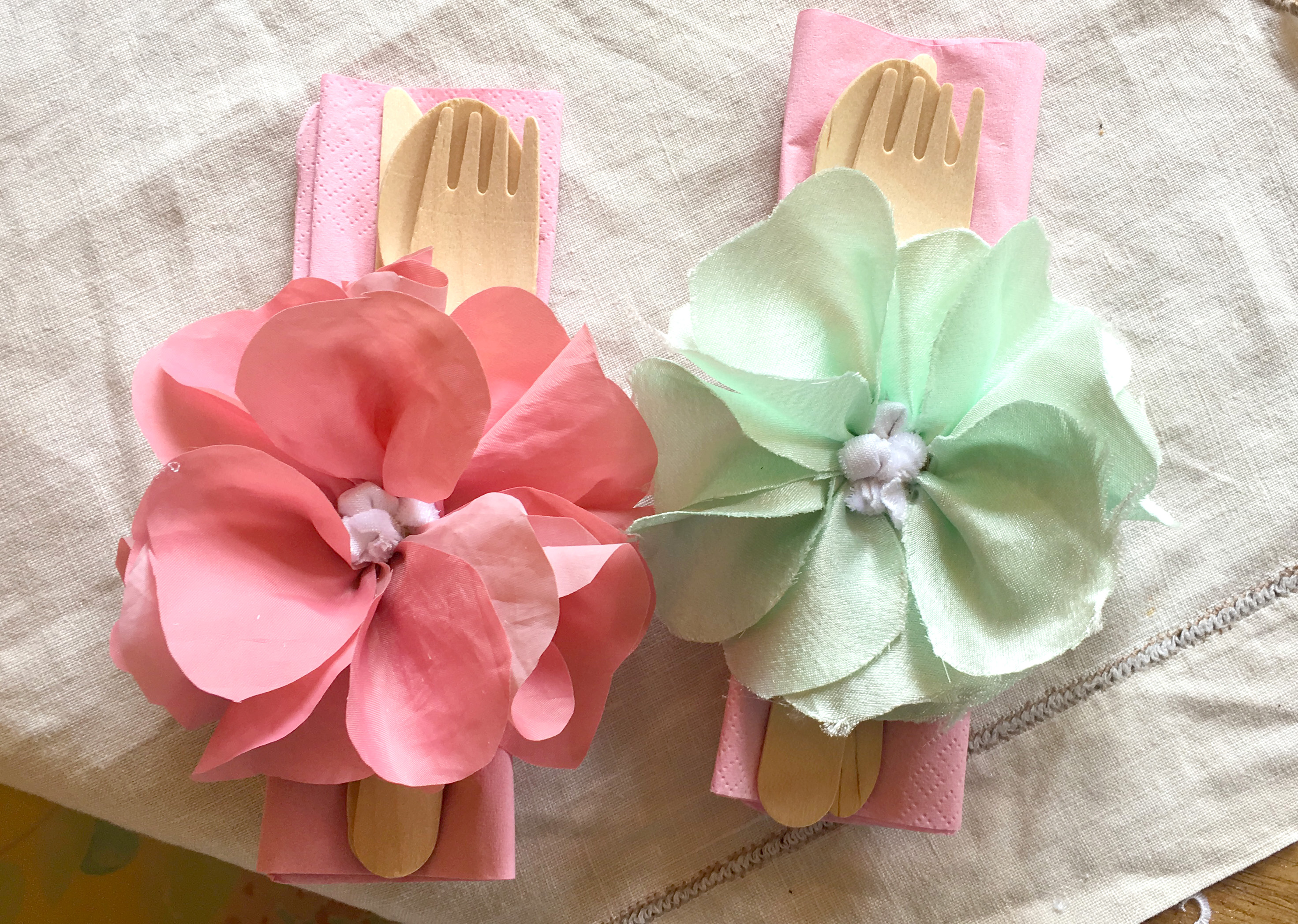 Rag Rug Napkin rings with cute rag rug flowers in pink and blue for a picnic