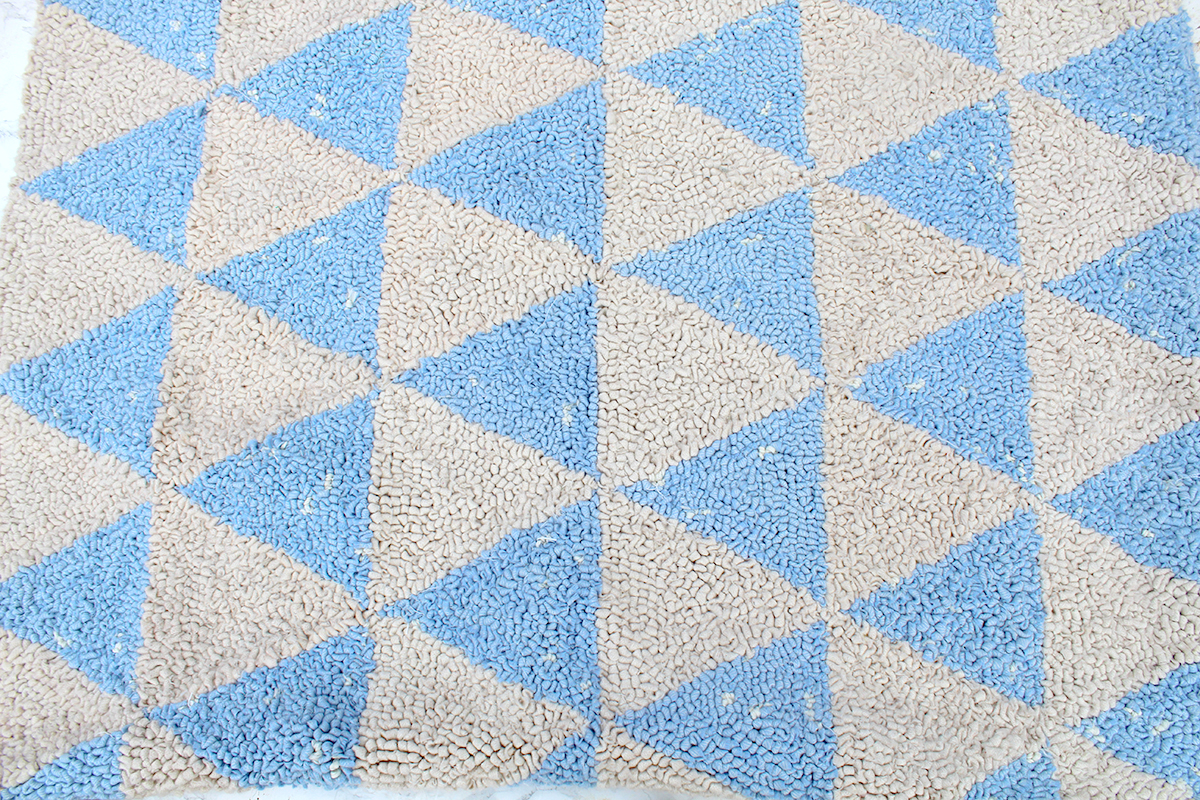 Symmetrical rag rug design with triangles